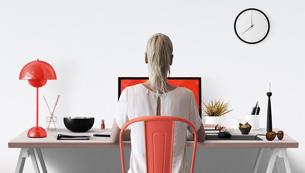 Frau arbeitet an modernem Schreibtisch zuhause mit stylishen Acc